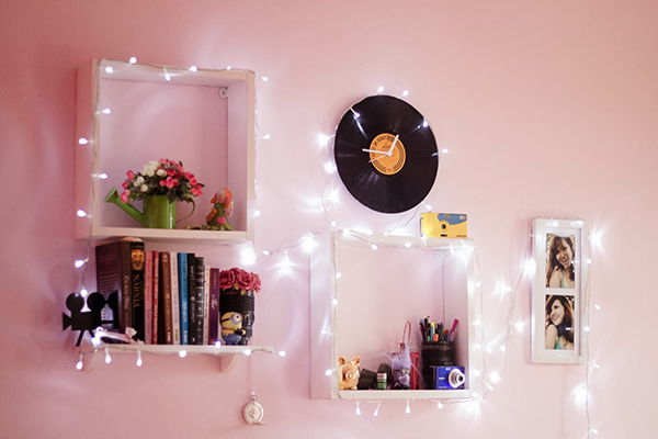 decorando-a-parede-do-quarto-com-luzes-livros-e-fofuras-morando-sozinha-2